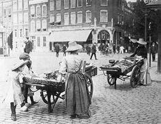 Appelenverkoopsters op de markt aan de Goudsesingel, Rotterdam, 1910, Henri Berssenbrugge