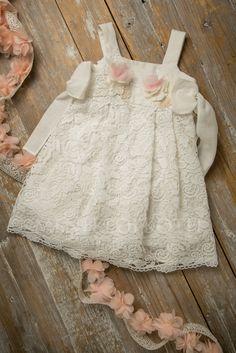 Βαπτιστκά ρούχα για κορίτσι της Lapin house εκρού λινό φόρεμα με βαμβερή δαντέλα και φιόγκους στο πλάι