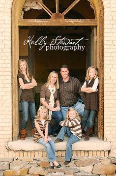 cool pose for families with older children - like the idea of a door or window to frame Family Portrait Poses, Family Picture Poses, Family Picture Outfits, Family Photo Sessions, Family Posing, Mini Sessions, Portrait Ideas, Large Family Photos, Family Of 6