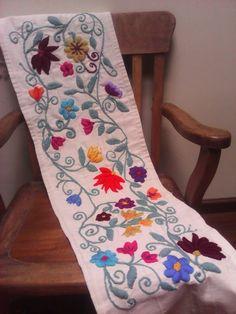 almabohemiadecobordados.mitiendanube.com Camino de mesa bordado sobre loneta con lanas rústicas 1,50x 0,36 *Flores Aztecas*