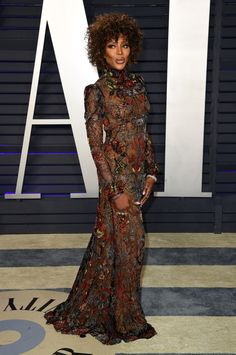 Naomi Campbell, brings sexy back at the Vanity Fair Oscars party Star Fashion, Love Fashion, Runway Fashion, Instagram Popular, Street Style Blog, Vanity Fair Oscar Party, Naomi Campbell, Beautiful Gowns, Female Models