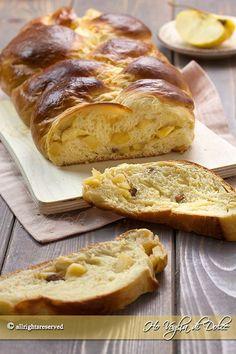 Pan brioche alle mele una ricetta per la colazione e la merenda di tutti i giorni. Treccia di pan brioche ripiena di mele, cannella, uvetta sofficissima
