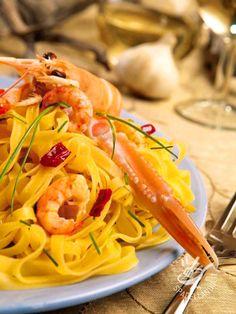 Pasta with scampi - Le Tagliatelle agli scampi ed erba cipollina portano in tavola il profumo del mare. Riscuoteranno successo, dato che piacciono a tutti!