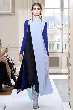 Schiaparelli Alta Costura Otoño-Invierno 2017/18 París Schiaparelli viste a una mujer moderna, con espíritu libre pero elegante. Algo que siempre me ha gustado de las colecciones de esta marca es que tiene  este Estilo, propio,pero lo tiene. Es diferente, es original, es moderno y es elegante, ¿Qué más se puede pedir? #coleccion #desfile #altacostura #semanadelamoda #paris #blog #fashion #fashionblog #collection #luxury #style #designer #design #details #hautecouture #fashionweek…