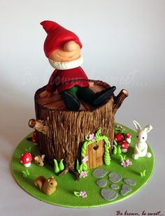 Tarta tronco con gnomo de jardín y animalitos a su alrededor diseñada para mi nuevo curso de tarta tronco sin texturizadores. #tarta #cake #tartatronco #treecake #woodcake #gnomo #gnomofondant #ardilla #raton #conejo #casaarbol #fondant #handmade