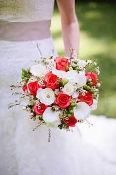 red + white bouquet | Anna Routh #wedding