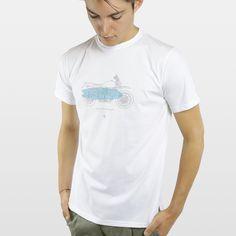 CAMISETA MOTO SURF BLANCA Camiseta 100% algodón fabricada en España, con los mejores materiales. Serigrafiadas con tintas de alta calidad.     Incluye caja de cartón y 3 pegatinas.