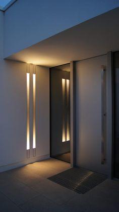 Hauseingangstür mit Wandbeleuchtung: moderne Fenster & Tür von Diemer Architekten