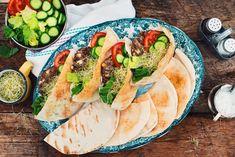 RECETTE MAILLARD | Kefta burgers d'agneau méditerranéens sur pita grillé. PORTIONS : 4 PRÉPARATION : 45MIN CUISSON : 12MIN DIFFICULTÉ : FACILE
