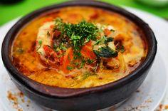 Caldillo de Congrio: É um prato típico do litoral chileno. É feito com Congrio (peixe típico chileno), que leva cebola, batata, cenoura, tomate, pimentão e vinho branco. Se parece com uma moqueca.