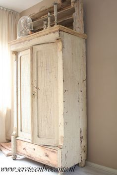 Love this cabinet (from Servies en Brocante) I would make this into a cost closet at the front door! Shabby Chic Bedrooms, Shabby Chic Cottage, Vintage Shabby Chic, Primitive Furniture, Antique Furniture, Painted Furniture, Antique Armoire, Painted Armoire, Painted Cupboards