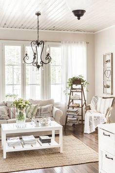 Ikean korituoli on Löytönurkasta, pitsipeitto Hemtexistä ja raitatyyny Ikeasta. Sari on tehnyt ikkunan-puitteista ja omista ensikengistään taulun. Männistön koulun vanhat tikkaat löytyivät pihakirppikseltä. Sohva on Ikean ja pöytä OnniPuusta. Tekstityynyt Vitikkalan kartanosta, vihreä tyyny Ikeasta ja raidallinen tyyny Pentikistä. Kattokruunu Askon alennusmyynnistä. Matto ja verhot Ikeasta.