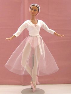 Ballet practice set made by me for Tonner NYCB doll. By Louise Goldsborough/Bird of Angelique Miniatures. Ballerina Barbie, Barbie Dress, Barbie Clothes, Dancing Dolls, Doll Dress Patterns, Real Doll, Black Barbie, Ballet Costumes, Barbie Collector