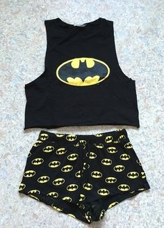Pyjama femme Batman H&M haut top crop jaune et noir Batman women's pajamas H & M high top crop yellow and black Cute Pajama Sets, Cute Pjs, Cute Pajamas, Pajamas Women, Black Pajamas, Cute Lazy Outfits, Cool Outfits, Pyjamas, Cute Sleepwear