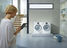 Některé pračky, ale i sušičky, lze napojit na systém inteligentní domácnosti. Kontrolovat a ovládat je pak můžete přes počítač, tablet nebo smartphone, a to i na dálku (díky aplikaci Miele@mobile). Na displeji se vám zobrazují vybrané programy, provozní režim nebo zbývající doba chodu; Miele
