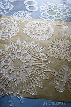 Printing with Hot Glue Stencils and Gelli Plate on fabric. English and GermanPrinting with Hot Glue Stencils and Gelli Plate on fabric. English and German Gelli Plate Printing, Printing On Fabric, Stencil Printing, Hot Glue Art, Glue Gun Crafts, Gun Art, Art Plastique, Fabric Painting, Art Lessons