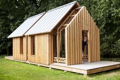 Jonge Nederlandse ontwerper bouwt een bijzonder tuinhuis voor zijn moeder - Roomed