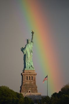 Lady Liberty under the rainbow - NYC. Columbia, chief goddess of the Allied Kingdoms, is based off of Lady Liberty. Under The Rainbow, Love Rainbow, Rainbow Photo, Beautiful World, Beautiful Places, Beautiful Pictures, Amazing Places, Dame Nature, Such Und Find