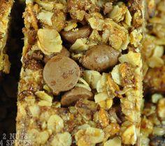 Barrinha de Granola - 2nuts4spices 250g de granola; 2- 200g de aveia em flocos; 3- ½ colher de chá de sal; 4- 1 xícara de gotas de chocolate; 5- ¼ de xícara de farinha de trigo; 6- 1/3 de xícara de açúcar mascavo; 7- ½ xícara de coco ralado; 8- ½ xícara de mel; 9- ¼ de xícara de melado; 10- 1 colher de chá de essência de baunilha; 11- ½ xícara de óleo de canola.