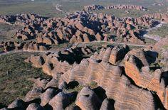 Dãy núi đá sa thạch Bungles BunglesLà một trong những kỳ quan thien nhiên của nước Úc được unesco công nhận là di sản văn hóa thế giới có sự biến đổi vô...