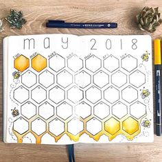 16 Bee & Honeycomb Themed Bullet Journal Layout Ideas Bee and honeycomb layouts are increasingly popular this season and I wanted to show it off. Here are 16 bee and honeycomb themed bullet journal layouts. Bullet Journal Notebook, Bullet Journal Spread, Bullet Journal Ideas Pages, Bullet Journal Inspiration, Bullet Journals, Making A Bullet Journal, Art Journals, Bullet Journal Aesthetic, Bee Theme