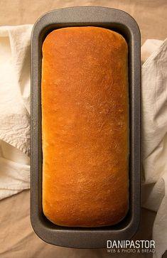 Hacía tiempo que quería hacer pan de molde. Concretamente desde que ví el anuncio de Punset, promocionando a Bimbo. Después de mucho probar (y tirar), he dado con una proporción de ingredientes que da como resultado un pan de molde… Biscuit Bread, Pan Bread, Bread Cake, Cheap Rice Cooker, Taco Bell Recipes, Dinner Bread, Rustic Bread, Tasty Videos, Salty Foods