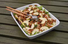 Salat med æble og honningristede valnødder