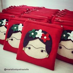 Mexico Handmade 35 out of 100 Frida coin holder that will be souvenirs of Clá . Sewing Tutorials, Sewing Projects, Felt Case, Sewing Material, Wool Applique, Felt Crafts, Coin Purse, Pouch, Tote Bag