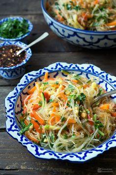 Glass noodle salad with colorful vegetables - madame Glasnudelsalat mit buntem Gemüse – Madame Cuisine Glass pasta salad with colorful vegetables Madame Cuisine recipe - Salad Recipes Healthy Vegetarian, Salad Recipes For Dinner, Easy Healthy Recipes, Asian Recipes, Pioneer Woman Salad Recipe, Vegan Recetas, Glass Noodle Salad, Clean Eating Salads, Colorful Vegetables