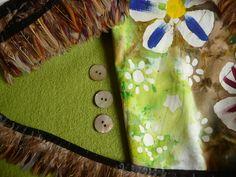 gebatikte Baumwolle, Walk in grün, Federborte in braun und Perlmuttknöpfe. Eine wunderschöne Kombination