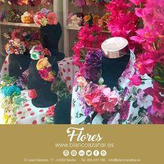 ¡¿Aún no tienes tu #mantoncillo o #FlordeFlamenca?! Ven a #BlancoAzahar y te ayudaremos a escoger lo más indicado acorde con tu #TrajedeFlamenca.  #Sevilla #siénteteflamenca #flores #flamenca #feria2018 Floral, Hydrangea Corsage, Orange Blossom, Carnations, New Trends, Flamingo, Sevilla, Fotografia, Flowers