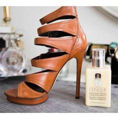 Limpiar cuero: Si no tienes betún de zapatos, utiliza simplemente tu crema hidratante para limpiarlos y darles más brillo.