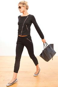 Front zipper pockets and bottom leg shirring. Wear pushed up with a bootie for a modern look or down with sneakers for true street to gym style. Yoga Fashion, Sport Fashion, Fitness Fashion, Sporty Outfits, Chic Outfits, Fashion Outfits, Gym Style, Sport Style, Fitness Style