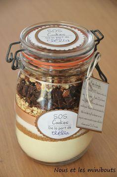 Cookies jar Offrir des gâteaux, c'est bien, offrir une recette, c'est mieux ! Consignes : prendre un joli bocal, superposer les différents ingrédients nécessaires pour des cookies, inscrire les étapes de fabrication sur une jolie étiquette que vous accrocherez au pot, fermez ! Et voilà, un cadeau beau, bon et original.