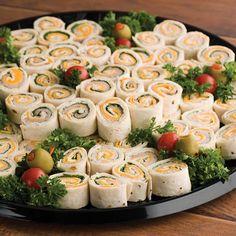 Snack Wraps: Tortilla Wraps gefüllt mit Kräuter-Frischkäse, geräucherter Pute oder Schwarzwälder-/Serrano-Schinken und Käse
