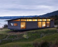 Sugar Gum House by Rob Kennon Architects (via Lunchbox Architect) Passive Solar Homes, Casas Containers, Modern Prefab Homes, Solar House, Shed Homes, Beach Shack, Small House Design, House Roof, Planer