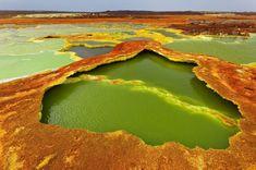 Ácido tricolor (Dallol, Etiópia) Dallol significa literalmente dissolução ou desintegração, um nome muito adequado para esta paisagem multicolorida formada por esverdeadas manchas de água sulfurosa (a cor é provocada pelas algas), enxofre e planícies de sal. Uma extravagante sinfonia de amarelos, laranjas e verdes. A cratera de Dallol, situada na depressão etíope de Danakil, é relativamente jovem, surgiu durante erupções em 1926.