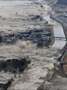 東日本大震災の津波の写真ですが、自然、大地の反乱という人もいたのではないでしょうか。