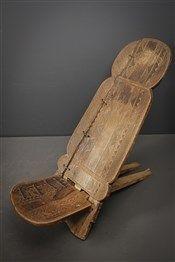 Que serait le mobilier d'art africain sans leurs chaises à palabre. Très belle chaise Senoufo dôtée d'une patine miel foncé. Finement sculptée, le dossier est décoré d'un reptile. Les réparations indigènes attestent de l'ancienneté de la pièce.