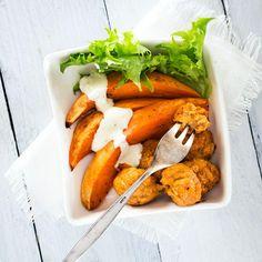 Valmista ensin broileripyörykät. Vatkaa kerma, muna, mausteet ja korppujauhot keskenään. Anna turvota. Kuori ja hienonna sipuli pieneksi silpuksi.