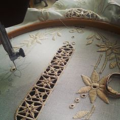 "66 Beğenme, 5 Yorum - Instagram'da il baule dei ricami (@ilbauledeiricami): ""🍃 Retini, retini ed ancora retini! 🌾 . . .…"" Border Embroidery Designs, Hand Embroidery Videos, Lace Making, Couture, Decoration, Crochet, Instagram Posts, How To Make, Art"