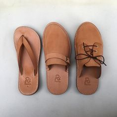 Best 12 Photo tutorial for DIY felt and leather slippers by Lia Griffith – SkillOfKing. Diy Leather Sandals, Leather Slippers, Leather Shoes, Leather Art, Leather Tooling, Felted Slippers, Leather Flip Flops, Shoe Pattern, How To Make Shoes