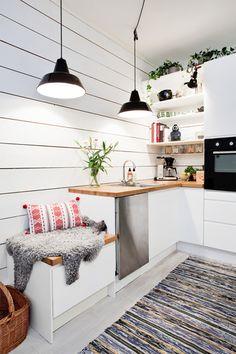 とてもコンパクトなこちらのキッチンは、日本の小さなアパートでも十分真似できます。いたるところに置かれたグリーンと、木目のバランスがたまりません。手前に置かれた変形デザインの毛皮風マットも、北欧インテリア風にするコツです。