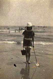 Niña en la playa con sombrero pala y cubo, (entre 1920 y 1940)
