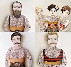 Crankbunny adora explorar histórias atemporais. A artista cria bonecos de papel tatuados, fantoches, cartões pop up, brinquedos mecânicos e animações.