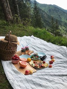 Ideas for a picnic. Picnic on the beach. Picnic date. Picnic Date, Summer Picnic, Fall Picnic, Beach Picnic, Summer Aesthetic, Aesthetic Food, Travel Aesthetic, Comida Picnic, Dream Dates