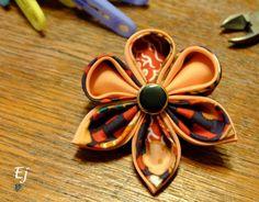 Už dlouho jsem se k tomu odhodlávala a první fotonávod na výrobu KANZASHI je nasvětě. Dnes jsem pro vás připravila návod na orchidej, jednu z mých nejmilejších kanzashi květin. Je to kombinace dvou...