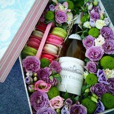 #box #macaron #flowers #gift #vine #rosrs #idea #loveflowersbox коробочка с цветами и макарон сладостями Киев