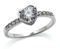 Dieser Ring ist ein Klassiker: Er besitzt mittig ein Diamant-Strass-Exponat, das in einer Herz-Fassung wunderbar funkelt. Dieses Exponat wird von zahlreichen, kleinen Strass-Steinchen flankiert.  Dieser Ring verleiht Ihnen Ausstrahlung und absolute Attraktivität. Ein klassischer 925er Silberring in perfekter Verarbeitung.