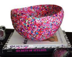 5. Confetti schaal (5 foto's)  Maak een vrolijke schaal van confetti. Dit hebt je nodig: - een ballon - confetti - sponsje of kwast - hobby lijm - en een vaas of glas. zo maak je het: Blaas de ballon op en zet hem op het glas of de vaas. Plak de confetti er op en laat het geheel goed drogen. Als het droog is prik je de ballon door en knip Je evt. de rand recht.